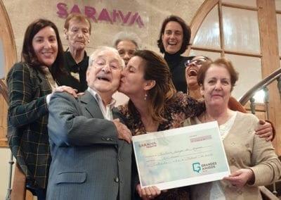 Saraiva Senior dona a Grandes Amigos Galicia la recaudación del mercadillo de objetos hechos por los usuarios del centro