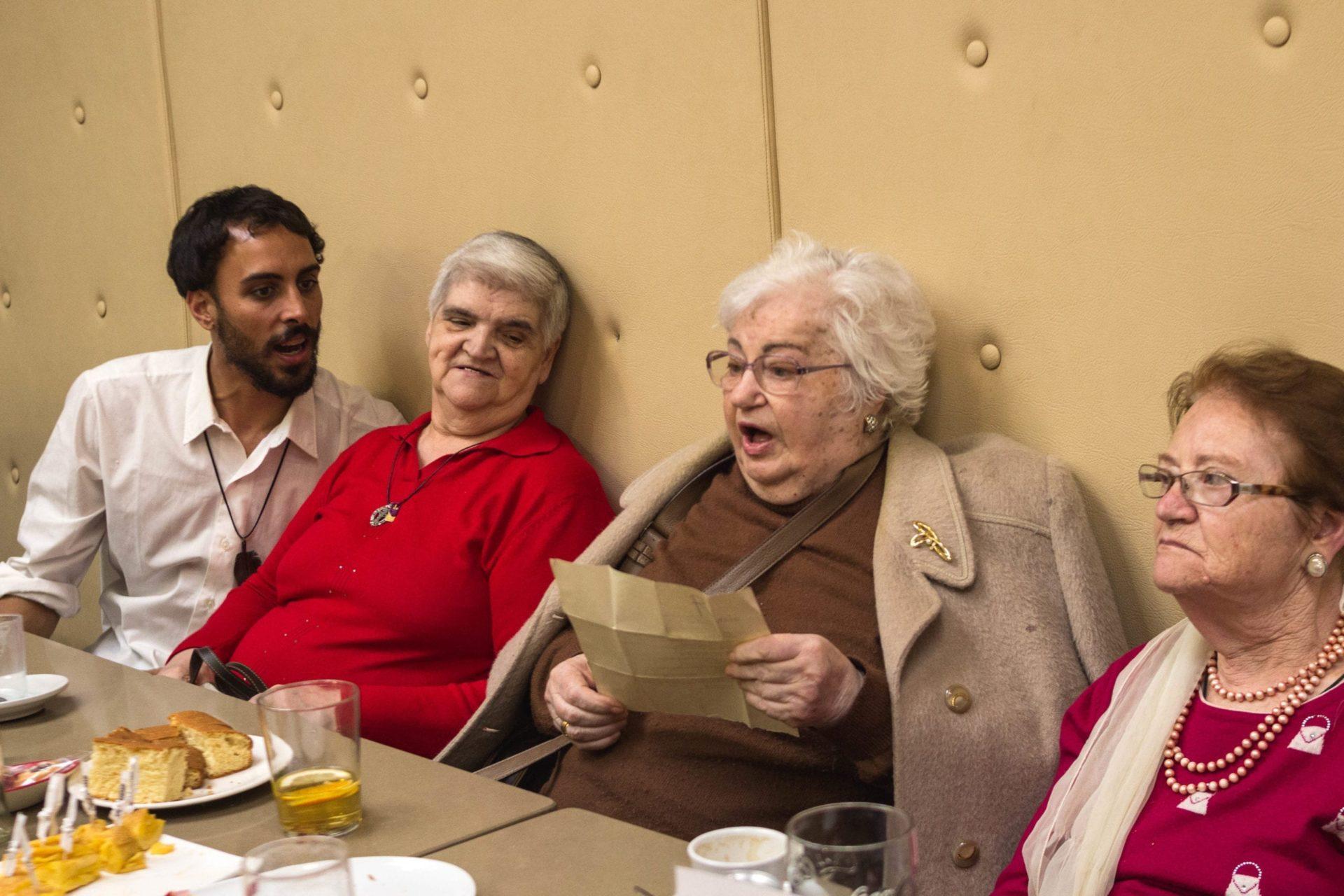 Merienda de voluntarios/as y personas mayores en Vigo.