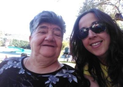 Este verano ayuda a llevar de vacaciones a 50 personas mayores solas, lejos del calor y la soledad